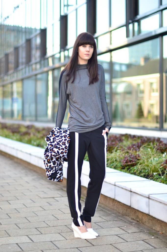 outfit-sports-luxe-trend-inspiration-look-track-pants-monochrome1-710x1065