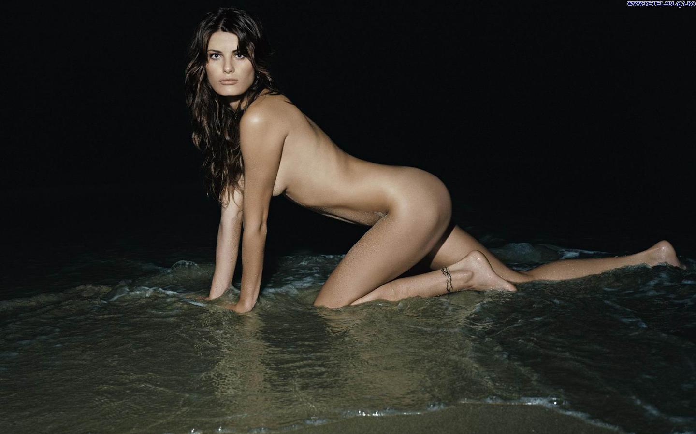 isabeli-fontana_naked_on-the_-beach